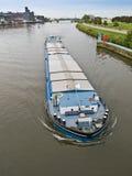 Lancha a remolque del río con el cargo Fotografía de archivo libre de regalías