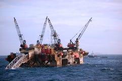Lancha a remolque del tendido de tuberías que trabaja en Mar del Norte fotografía de archivo