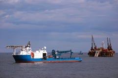 Lancha a remolque del tendido de tuberías que trabaja en Mar del Norte Imagen de archivo libre de regalías