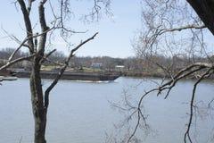 Lancha a remolque en el río de Ohio fotografía de archivo