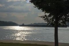 Lancha a remolque en el río de Ohio fotos de archivo