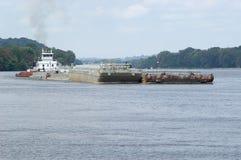 Lancha a remolque en el río de Ohio Imagenes de archivo