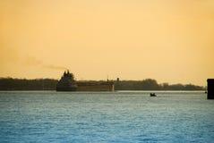 Lancha a remolque en el río de Detroit Foto de archivo