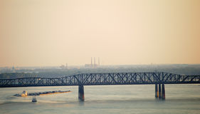 Lancha a remolque que viaja abajo del río Misisipi Fotografía de archivo