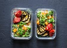Lancheira do vegetariano Os brócolis, abóbora, salada do cuscuz, grelharam a beringela e os tomates Conceito do alimento da casa  Imagem de Stock