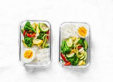 Lancheira do vegetariano - vegetais cozidos, arroz e ovo cozido em um fundo claro, vista superior fotos de stock
