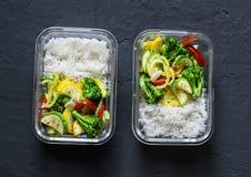 Lancheira do vegetariano - vegetais cozidos e arroz em um fundo escuro, vista superior Alimento natural foto de stock