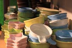 Lanci in argilla ceramica delle terraglie di molte forme impilata nel mestiere fatto a mano dello scaffale di negozio Fotografia Stock