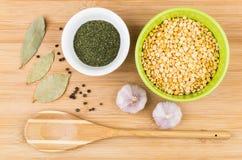Lanci con i piselli, l'aneto, l'aglio, il pepe e la foglia di alloro secchi Immagine Stock