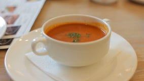Lanci con la minestra del pomodoro con verde sulla tavola nel ristorante del caffè Stia l'alimento a dieta archivi video