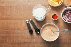 Lanci con la salsa e gli ingredienti di taco saporiti del pesce Fotografia Stock Libera da Diritti