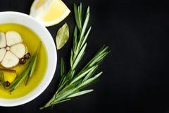 Lanci con olio d'oliva, aglio, ppeppercorn e rosmarini, vista superiore Fotografia Stock Libera da Diritti