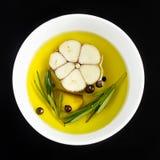 Lanci con olio d'oliva, aglio, ppeppercorn e rosmarini, vista superiore Fotografia Stock
