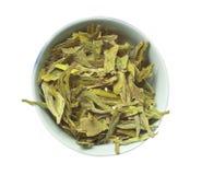 Lanci con tè asciutto verde allentato, isolato Immagini Stock Libere da Diritti