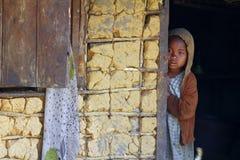 Lanci e ragazza africana povera con headkerchief Fotografia Stock Libera da Diritti