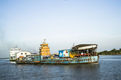 Lanci il traghetto in fiume con il turista e l'uomo di affari Fotografie Stock Libere da Diritti