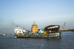 Lanci il traghetto in fiume con il turista e l'uomo di affari Immagini Stock