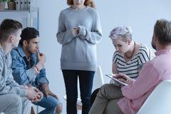 Lanci l'adolescente introverso che sta e che divide la sua storia con la o fotografia stock libera da diritti