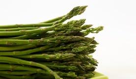 Lancia dell'asparago sul piatto verde con fondo bianco Immagine Stock Libera da Diritti