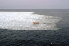 Lancia di salvataggio dentro un'acqua ghiacciata con neve, ghiacciai Fotografia Stock