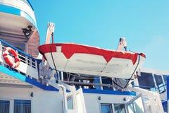 Lancia di salvataggio di sicurezza, piccola barca che appende sulla piattaforma Fotografie Stock Libere da Diritti