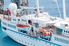 Lancia di salvataggio di vecchio stile sulla piccola nave da crociera Immagine Stock Libera da Diritti