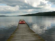 Lancia di salvataggio rossa dal lago immagini stock