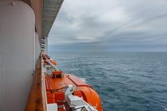 Lancia di salvataggio di sicurezza sulla piattaforma di una nave da crociera Maltempo Immagine Stock