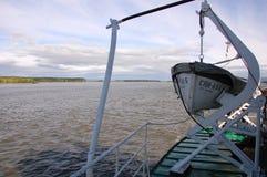 Lancia di salvataggio sulla nave ad entroterra Russia del fiume di Kolyma Immagini Stock Libere da Diritti