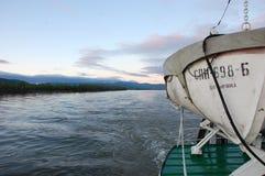Lancia di salvataggio sulla nave al fiume di Kolyma Fotografia Stock Libera da Diritti