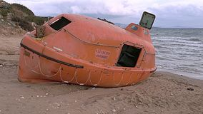 Lancia di salvataggio vuota dopo l'incidente nel mare stock footage