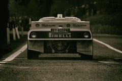LANCIA SAMLAR 037 som den gamla tävlings- bilen samlar Arkivfoto