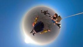 Lanciar in caduta liberasi piccolo pianeta in tandem fotografia stock libera da diritti