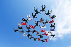 Lanciar in caduta liberasi vista di angolo basso del lavoro di gruppo Fotografia Stock