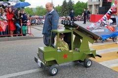 Lanciarazzi di multiplo di Katyusha Parata dei passeggiatori di bambino in Russia Fotografie Stock