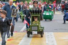 Lanciarazzi di multiplo di Katyusha Parata dei passeggiatori di bambino in Russia Immagini Stock Libere da Diritti