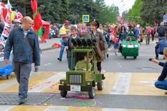 Lanciarazzi di multiplo di Katyusha Parata dei passeggiatori di bambino in Russia Fotografia Stock