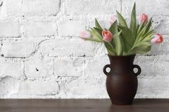 Lanciatore con i tulipani Fotografia Stock Libera da Diritti
