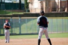 Lanciatore di baseball della gioventù in nero ed in grigio Immagini Stock Libere da Diritti