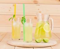 Lanciatore e vetri in pieno di limonata saporita Fotografia Stock Libera da Diritti