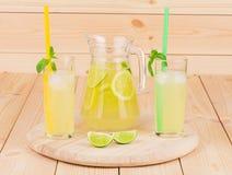 Lanciatore e vetri in pieno di limonata saporita Fotografie Stock