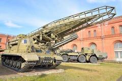 Lanciatore 2P19 con un razzo 8K14 del missile 9K72 complesso Elbrus nel museo militare dell'artiglieria Immagini Stock