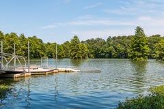 Lancio ADA-compiacente kajak/della canoa nel lago tarchiato in Virginia Beach Immagine Stock Libera da Diritti