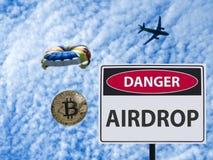 Lancio con il paracadute e paracadute del pericolo del segno dal segno piano immagine stock libera da diritti