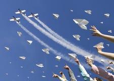 Lancio degli aeroplani di carta Fotografia Stock Libera da Diritti