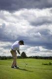 Lancio del giocatore di golf Immagini Stock