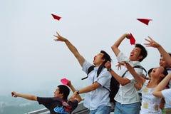 Lancio dell'aereo di carta Fotografia Stock Libera da Diritti