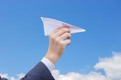 Lancio dell'aereo di carta Immagini Stock