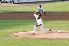 Lancio di Alberto Tirado della lega minore del gioco di baseball Immagini Stock