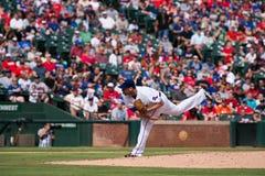 Lancio di Texas Rangers Pitcher Colby Lewis fotografia stock